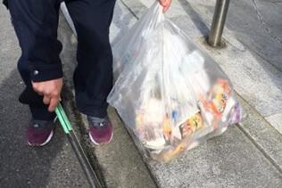 貝塚市周辺の清掃活動をしている社員