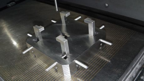 型彫り放電加工機による加工に治具を使用した例