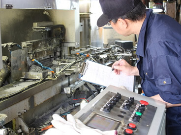 製造工場で工程内検査・中間検査を行う作業員