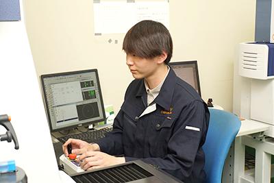 製作した特注ゲージを高精度測定機で精度検査・機能検査をする社員