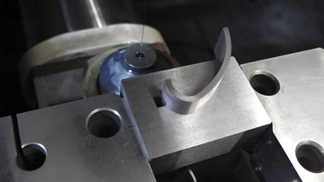 ワイヤー放電加工機による加工に治具を使用した例